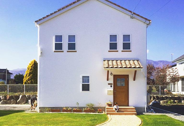 新婚旅行でスペインの家の可愛いさに憧れて「白い塗り壁と茶色い瓦屋根の家」 - 南箕輪村o様邸